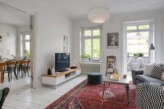 Underbar gammal Göteborgslägenhet! Så snygg mix av gammal och ny inredning vilket ger en varm och ombonad känsla... orientalisk matta, grå soffa, grafiska kuddar, fårskinnspuff, affisch från Fotografiska. Väldigt fint.