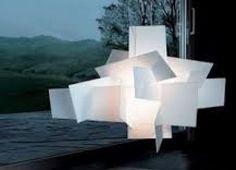 i tasselli che compongono la lampada sono piccole lastre di ceramica irregolari e assemblate tra loro.