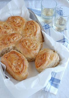 Cheese and onion scrolls / Pãezinhos de cebola e queijo by Patricia Scarpin, via Flickr