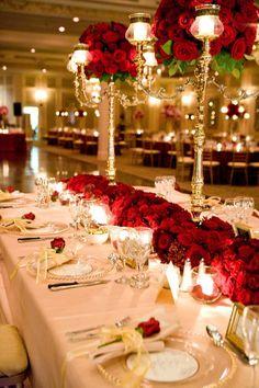 déco élégante de table mariage avec des roses rouges