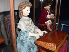 Los autómatas de Jaquet-Droz del siglo XVIII son representativos de los primeros intentos por fabricar robots con formas humanoides. Y aún funcionan.