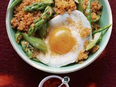 Quinoa mit grünem Spargel und Spiegelei, dazu Ajvar ist ein Rezept mit frischen Zutaten aus der Kategorie Spiegelei. Probieren Sie dieses und weitere Rezepte von EAT SMARTER!