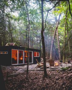 ✔ 22 Génial Container Cabin in the Catskills pour maison container foret Shipping Container Design, Cargo Container Homes, Shipping Containers, Container Office, Cabin Design, Rustic Design, Forest Cabin, Villa, The Perfect Getaway