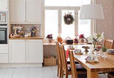 Suuren pöydän ääressä kelpaa syödä jouluruokia. Täyspuinen ruokapöytä on Kustavin Puusta. |  KUUSI KRUUNAA PUNAISEN TALON JUHLAN | Koti ja keittiö