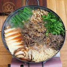 Music by - Easy Love via to make korean food Korean Beef Hot Pot, Bulgogi Jeongol! Asian Recipes, Beef Recipes, Cooking Recipes, Healthy Recipes, Healthy Drinks, Hot Pot Recipes, Asian Hot Pot Recipe, Japanese Food Recipes, Easy Korean Recipes