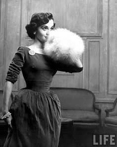 Velvet fit-and-flare, ballet-neck dress with white fur muff. I had a white rabbit-fur muff as a child. This photo reminds me that I rarely see them anymore. Vintage Glamour, Vintage Fur, Look Vintage, Vintage Mode, Vintage Winter, Vintage Vanity, 1950s Style, Vintage Outfits, Vintage Dresses