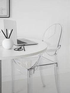Arbeitszimmer einrichten mit dem Louis Ghost Stuhl von Kartell | #connox #beunique