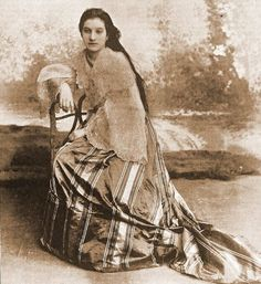Filipino woman - Fashion and clothing in the Philippines - Wikipedia Philippines Dress, Miss Philippines, Philippines Culture, Manila Philippines, Asian History, Women In History, Old Photos, Vintage Photos, Filipiniana Dress