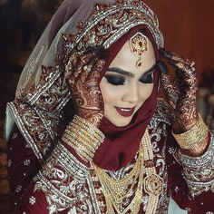 58 brides wearing hijabs on their big day look absolutely stunning Bridal Hijab Styles, Muslim Brides, Pakistani Wedding Dresses, Bridal Dresses, Bengali Wedding, Wedding Mehndi, Beau Hijab, Pakistani Bridal Makeup, Indian Bridal
