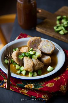 Pempek Ayam dan Saus Cuko (Savory Chicken Cakes with Sauce) Instant Pot Asian Recipes, Easy Asian Recipes, Indonesian Desserts, Indonesian Food, King Food, Chicken Cake, Western Food, Fusion Food, Food Photography