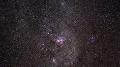 Der Tarantel-Nebel-Der Tarantel-Nebel (Bild) verdankt seinen Namen den an Spinnenbeine erinnernden Gasfilamenten, die im oberen Teil des Bildes zu erkennen sind. Der Tarantelnebel ist eine Wasserstoffwolke in der Großen Magellanschen Wolke, einer Nachbargalaxie der Milchstraße. In etwa 170.000 Lichtjahren Entfernung von der Erde gelegen, leuchtet er so hell, dass man ihn selbst mit bloßem Auge am Firmament ausmachen kann. Vom Zentrum der Wolke aus strecken sich hell leuchtende Gasfäden nach…