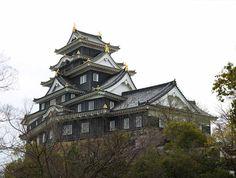 岡山城は西暦1350年頃に上神高直が城を築いた事が最初とされています。その後、西暦1573年に宇喜多直家が城の改築と城下町の形成を行いました。