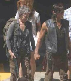 Season Five leaked photo on set. Carol and Daryl holding hands. Walking Dead Funny, Walking Dead Season, Fear The Walking Dead, Judith Grimes, Rick Grimes, Daryl And Carol, Dead King, Melissa Mcbride, Dead Inside