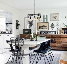 Wondering how to create the perfect industrial dining room? Today we are going to show you a small guide on how you can give your interiors an elegant and modern twist with the best dining room lighting ideas. Dining Room Inspiration, Home Decor Inspiration, Decor Ideas, Room Ideas, Esstisch Design, Industrial Dining, Industrial Lighting, Industrial Scandinavian, French Industrial