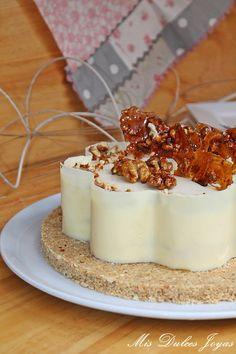Tarta mousse de yogur griego con miel y nueces caramelizadas