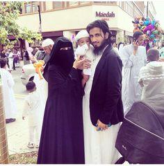 Couple Muslim niqab at DuckDuckGo Muslim Couple Quotes, Cute Muslim Couples, Cute Couples, Muslim Couple Photography, Muslimah Wedding Dress, Islam Marriage, Modest Fashion Hijab, Muslim Family, Love In Islam