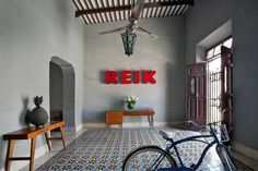 Emma Sloley and Adam McCulloch, travel writers, bought a house in the historic center of Mérida, the capital of the Mexican state of Yucatán. The couple undertook the house's renovation themselves, without the help of an architect or designer