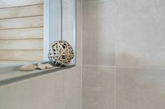 murrettuja sävyjä. Laatat ABL-Laatat #murrettu #maanläheinen #hiekka #harmaa #lämminharmaa #laatat #abl #abllaatat #kylpyhuone Toilet, Door Handles, Bathroom, House, Design, Home Decor, Door Knobs, Washroom, Flush Toilet