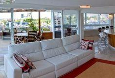 Cobertura festiva: veja a transformação de um apartamento de 400 m² para receber bem os convidados de um casal