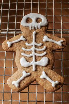 Receta Gingerbread men decorados con glasa como esqueletos
