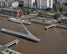 This swing bridge for pedestrians is on the elegant Puerto Madero district of Buenos Aires. Weighing 800 tons, the structure has two fixed parts and a central section that rotates 90 ° to allow the passage of ships