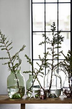 Branche dans un vase XXL: J'ai du mal à reconnaître quel type d'arbre fournit la branche mise en scène chez House Doctor, mais je suppose que le résultat sera sensiblement le même avec n'importe quelle branche de sapin ! Deux idées à retenir : le vase XXL bien sûr, hyper tendance ; mais aussi l'accumulation de ces contenants de diverses tailles et couleurs.