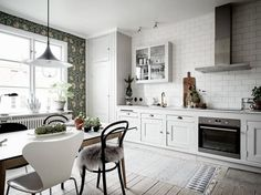 A lovely Scandinavian apartment for you this saturday. The bright home is decorated in typical Scandinavian style with lots of white, black and other neutral colours. I'm madly in love with the Willia