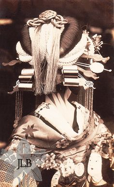 This is the hairstyle of a very high-class Asian prostitute, NOT a geisha. Geisha did not wear a lot of hair ornaments. Also, geisha tie their obi's in the back. Japanese Geisha, Japanese Beauty, Japanese Kimono, Vintage Japanese, Geisha Art, Japan Art, Japan Japan, Kyoto Japan, Okinawa Japan