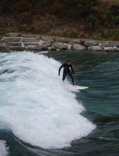 Surf sur une vague artificielle à Wanaka en Nouvelle-Zélande