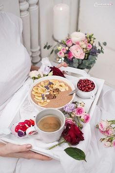 Kaffee Smoothie Bowl, Kaffee Smoothie, Smoothie, Kaffee, Bowl, Rosen, Blumen, Blumenstrauß, Valentinstag, Frühstück, Brunch, Frühstück im Bett, Frühstück für zwei, Valentinstags Frühstück
