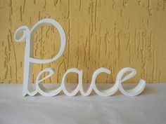 Palavra Peace em mdf de 15mm de espessura.  Linda peça para decorar ambientes e presentear.  Decore a sala, quarto, escritório e muito mais.  Fazemos em outras cores. Peça fica em pé sem precisar de apoio. R$ 40,00