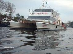 Decoraciones Black: imponente el catamarán de cacciola ingresando al río Tigre.