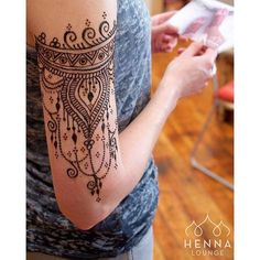 Wrap-around henna.  So beautiful #arm #henna #design: