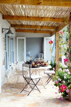 Beautiful shady terraces for hot days Outdoor Retreat, Backyard Retreat, Outdoor Rooms, Outdoor Gardens, Outdoor Living, Outdoor Decor, Outdoor Seating, Beautiful Space, Beautiful Homes
