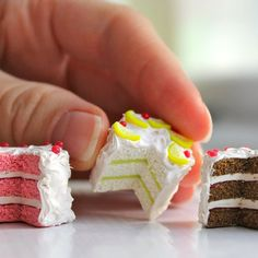 this would be a cute Elf project. Make some mini cakes for your mini friends. Crea Fimo, Fimo Clay, Polymer Clay Charms, Polymer Clay Projects, Clay Crafts, Polymer Clay Cake, Polymer Clay Miniatures, Polymer Clay Creations, Tiny Food