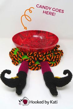 Free Squashed Witch Placemat crochet pattern, from Hooked by Kati. A flattened witch (or elf if you change the colors!) is a great addition to any party table. Set your candy bowl on the whimsical Halloween placemat and it looks like you have squashed a witch under the weight of all that candy! Crochet Fall, Quick Crochet, Crochet Home, Crochet Gifts, Free Crochet, Funny Crochet, Holiday Crochet, Crochet Stitch, Halloween Crochet Patterns
