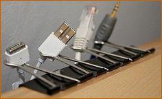 Kancelářské klipy stačí zacvaknout za desku psacího stolu a použít jako držák kabelů, které by vám jinak nevzhledně zacláněly na stole.