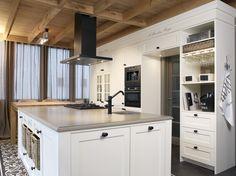 Mooie landelijke keuken met manden en kaderfronten.