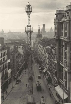 """See 2552 photos from 18554 visitors about architecture, street of madrid, and coffee. """"The main street in Madrid, always crowded but you can enjoy there. Retro Pictures, Old Pictures, Grey Wallpaper Iphone, Foto Madrid, Brassai, Vintage Architecture, Throughout The World, Belle Epoque, Cool Photos"""