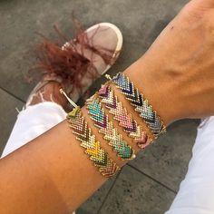 How to Make Friendship Bracelets Bead Jewellery, Seed Bead Jewelry, Jewelery, Beaded Bracelet Patterns, Beading Patterns, Loom Beading, Beaded Earrings, Beaded Bracelets, Do It Yourself Inspiration