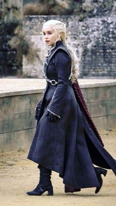 20 TV Shows Like Game of Thrones You Should Watch Deanerys Targaryen (Emilia Clarke) Dessin Game Of Thrones, Arte Game Of Thrones, Game Of Thrones Facts, Game Of Thrones Outfits, Game Of Thrones Cosplay, Daenerys Targaryen Death, Game Of Throne Daenerys, Emilia Clarke, Deanerys Targaryen