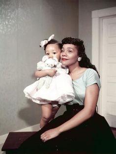 1958 photo of Coretta Scott King with daughter, Yolanda. Photo taken by Ebony photograper, Moneta Sleet.
