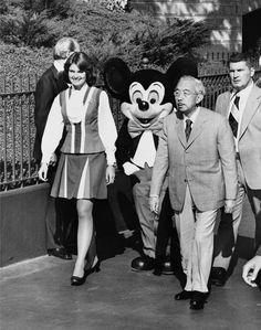 Emperor Hirohito of Japan in Disneyland 昭和天皇は贈呈されたミッキーマウスの腕時計を公務でも愛用していたらしい 海外の反応 : 海外の万国反応記 日本の昭和天皇ミッキーマウスの大ファンだった 1975年にアメリカのディズニーランドに特別招待された時にミッキーマウスの時計をもらい その後数年間は公式な場であっても陛下はミッキーの時計を身につけていたという 歴史的な写真, 皇帝, リチャード・ギア, ウォルト・ディズニー・ワールド, ディズニーテーマパーク, 家族の写真