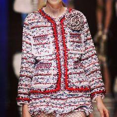 #Tweed: tejido escocés de lana, característico del estilo inglés introducido por #CocoChanel. En la actualidad se utiliza en todo tipo de prendas y complementos, los trajes de Chanel son los embajadores de este tejido #imodae #imodaediccionario #fashion #chanel www.imodae.com