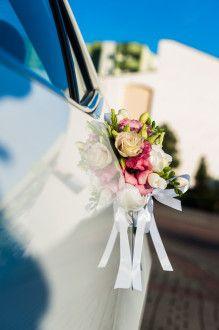 dekoracja samochodu do ślubu z eustomy i frezji