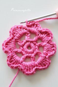 Tätä on toivottu paljon ja hartaasti, ja tässä se nyt tulee! Ohje suunnittelemaani kukkapussukkaan. Ohje sopii virkkauksen perusj... Hobbies And Crafts, Diy And Crafts, Princess Stories, Cosmetic Bag, Crochet Earrings, Crochet Patterns, Pouch, Knitting, Handmade