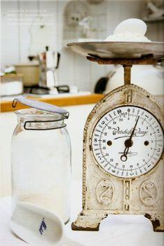 mason jar and vintage kitchen scale shabby chic Old Kitchen, Vintage Kitchen, Country Kitchen, Vintage Decor, Vintage Items, Vintage Display, Old Scales, Shabby Chic Kitchen, Vintage Farmhouse