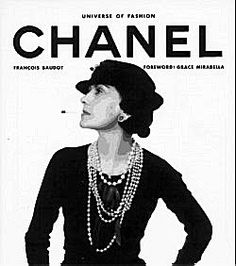 """Tijdens de Roaring Twenties stond Chanel bekend als de 'Koningin van de Mode'. """"Elegant zijn is geen kwestie van een nieuwe jurk aantrekken. Je bent elegant, omdat je elegant bent."""" Ze had haar eerste succes in 1921.Chanels kijk op mode wordt ook na haar overlijden doorgegeven middels haar mode-imperium Chanel, dankzij couturier Karl Lagerfeld."""