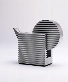 アルミ押出形材A-6063S-T5素材を使用したテープカッターで、1995年富山プロダクトデザインコンペにて大賞を受賞。  ニューズインターナショナルより商品化される。