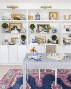 11 Stunning Home Offices With Feminine Desks. Big pretty work spaces that appeal to people looking for pretty desks. Small Home Office Furniture, Cozy Home Office, Best Home Office Desk, Home Desk, Home Office Space, Office Decor, Office Ideas, Office Inspo, Office Setup